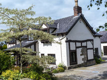 Härlig svartvit stuga nära den Alderley kanten i lantliga Cheshire Royaltyfri Foto