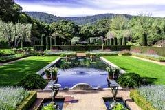 Härlig symmetrisk engelskastilträdgård royaltyfri fotografi