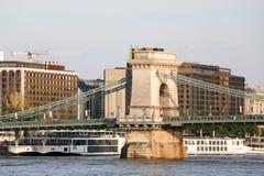Härlig Szechenyi Chain bro med sightfartyget på flodDonau arkivfoto