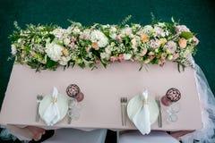 Härlig tabellinställning med lerkärl och lång blommaforarrangement ett parti, bröllopmottagande eller annan festlig händelse glas arkivfoton