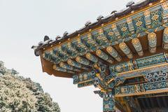 Härlig tak-överkant av den traditionella buddistiska kloster på bergsområde - Sydkorea Arkivbilder