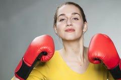 Härlig 20-talkvinna som är villig att slåss för konkurrens Royaltyfri Fotografi