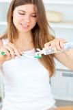 härlig tandborstetoothpaste genom att använda kvinnan Arkivbild