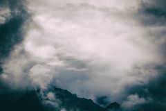 Härlig tapet av de Anderna bergen i mist på Inca Trail peru royaltyfria foton