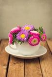 Härlig tappning tonad blommabukett royaltyfria bilder