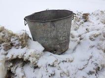 Härlig tappningsoptunna på snö royaltyfri foto