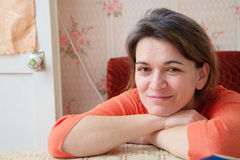 Härlig tatar kvinnastående i hennes 40 Arkivfoton