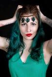 Härlig tatuerad kvinna med röd läppstift som bär den lyxiga huvudbindeln Royaltyfri Foto