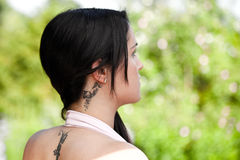 härlig tatueringkvinnayound Royaltyfri Fotografi