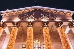 Härlig teater som är bakbelyst i aftonen facade royaltyfri bild