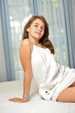 Härlig teen flicka hemma i den vita klänningen Arkivfoto