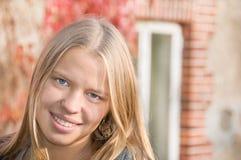 härlig teen flickastående Fotografering för Bildbyråer
