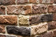 Härlig tegelstenvägg av denfärgade stenen Arkivbild