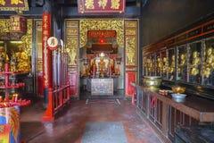 Härlig tempel med guld- Buddhastatyer Arkivbilder