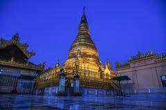 Härlig tempel på natten på den Mandalay kullen i Myanmar Fotografering för Bildbyråer