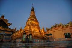 Härlig tempel på natten på den Mandalay kullen i Myanmar Royaltyfria Foton