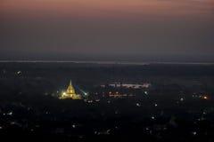 Härlig tempel på natten på den Mandalay kullen i Myanmar Arkivfoto
