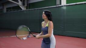 Härlig tennisspelare för vuxen kvinna Henne som spelar tennis och slår bollen lager videofilmer