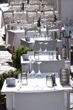 Härlig terrass av en restaurang i en medelhavs- by i solljuset - som dekoreras all i vit Fotografering för Bildbyråer
