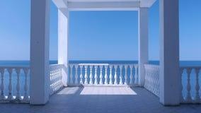 Härlig terrass med det dekorativa staketet som göras av konkret och fantastisk havssikt lager videofilmer