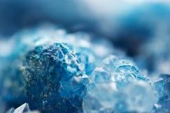 Härlig textur av blåa kristaller mineraliskt dess suddiga naturliga bakgrund Härlig bakgrund för vinter royaltyfri fotografi