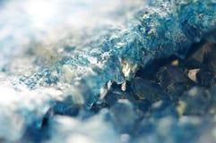 Härlig textur av blåa kristaller mineraliskt dess suddiga naturliga bakgrund Härlig bakgrund för vinter fotografering för bildbyråer