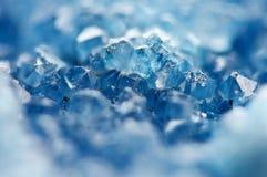 Härlig textur av blåa kristaller mineraliskt dess suddiga naturliga bakgrund Härlig bakgrund för vinter arkivfoto