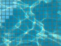 Härlig textur av en liten fyrkantig keramisk tegelplatta med sömmar i en pöl under blått vatten, undervattens- sikt i pölen, hav, arkivbild