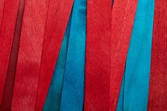 Härlig textur av naturliga träslats av blå turkos och röda färger royaltyfri foto