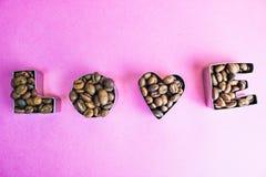 Härlig textur med ordförälskelsevalentins inskriften för dag som gjordes från grillat, valde bruna naturliga aromatiska kaffeböno royaltyfri fotografi