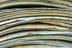 Härlig texturerad bakgrund av metallovalen täcker för att taklägga arkivbild
