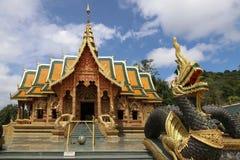 Härlig thailändsk buddistisk tempel med en jätte- Naga i framdel Arkivbild