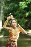 Härlig thailändsk dam i thailändsk traditionell dramaklänning Fotografering för Bildbyråer