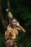 Härlig thailändsk dam i thailändsk traditionell dramaklänning Arkivfoto