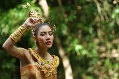 Härlig thailändsk dam i thailändsk traditionell dramaklänning Arkivbild
