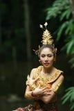 Härlig thailändsk dam i thailändsk traditionell dramaklänning Arkivfoton