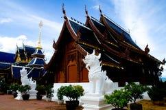 Härlig thailändsk Lanna trätempel Arkivbilder
