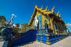 Härlig thailändsk stilkyrka i den Rong Sua Ten templet royaltyfria foton