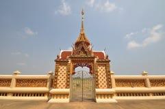 Härlig thailändsk tempel välva sig ingång Arkivbild