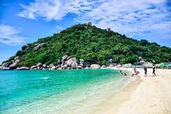 Härlig Thailand strand av den Nang Yuan ön, den populära turist- destinationen nära den Samui ön i golf av Thailand fotografering för bildbyråer