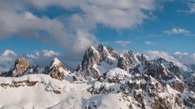 Härlig tidschackningsperiod av snöig berg på den härliga solnedgången arkivfilmer