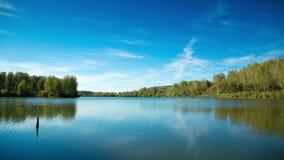 Härlig tidschackningsperiod på sjön arkivfilmer