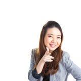 härlig tillfällig caucasian lycklig isolerad seende blandad pekande sida för asiatisk bakgrund som ler till vitt kvinnabarn Royaltyfri Foto