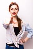 Härlig tillfällig kvinna som pekar på dig Arkivbild