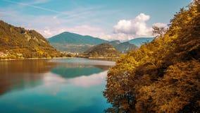 Härlig timelapse till sjön bland de orange färgerna av hösten stock video