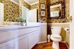 Härlig toalett i lyxigt hus Arkivbild