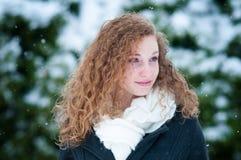 Härlig tonårig det fria på en snöig dag Arkivbild