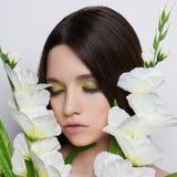 Härlig tonårig flicka med blommor royaltyfri foto