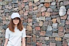 Härlig tonårig flicka med långt brunt hår arkivbild