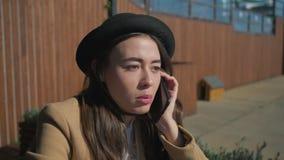 Härlig tonårig flicka på en telefon med vänner stock video